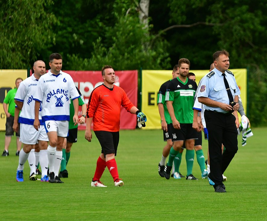 V rámci vzpomínkového utkání nestačila karlovarská Energie na výběr Vězeňské služby Ostrov (v bílém), kterému podlehla 5:6.