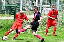 Sedlec (v červeném) deklasoval na dvorském stadionu jedenáctku Dvorů v poměru 6:2.