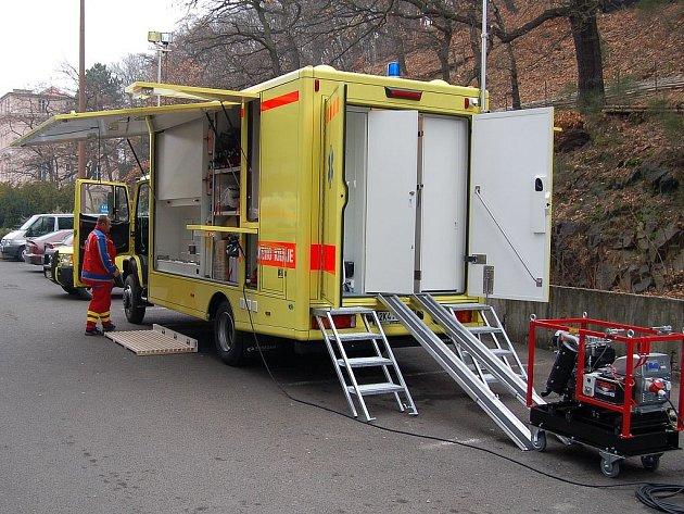 NOVÝ POMOCNÍK. Zdravotníci karlovarské záchranné služby budou mít oficiálně od 1. března nového důležitého pomocníka. Kamion je nyní podroben zkušebnímu provozu.
