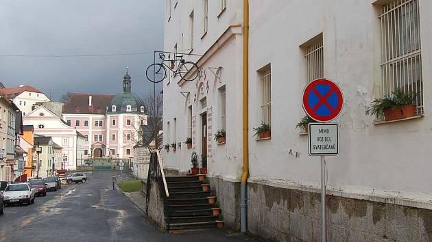 V Bečově sice působí bankovní úřady, bankomat tu ale není ani jeden. Ten chybí nejen místním, ale i návštěvníkům historického města.