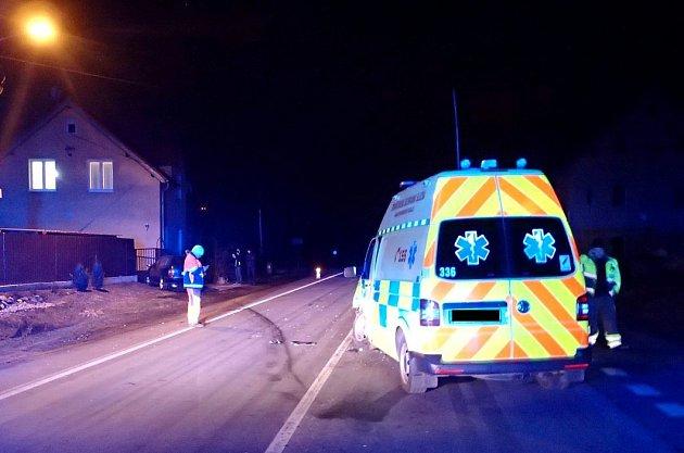U Karlových Varů se srazila sanitka s osobním autem, pro zraněné dítě letěl vrtulník