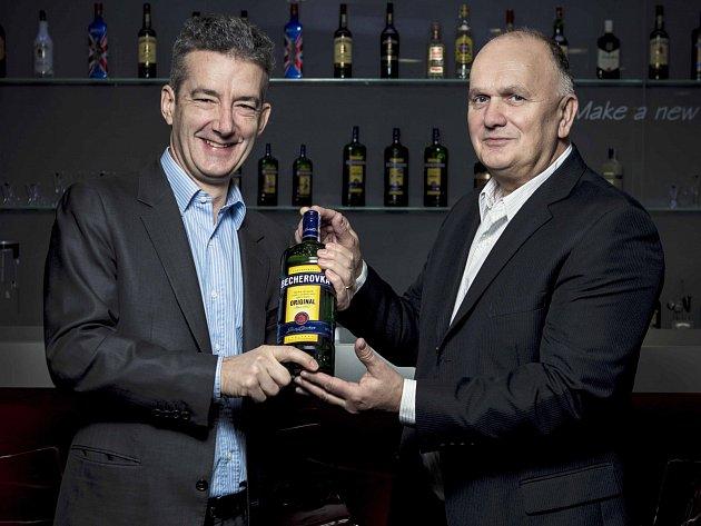 Nový generální ředitel JBKB Marc Beuve-Mery (vlevo) a odcházející ředitel Anthony Schofield.