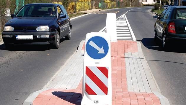 NOVÉ NORMY. Kvůli novým normám musely  Plzeňskou ulici rozdělit ostrůvky, díky nimž lidé bezpečněji přejdou ulici.