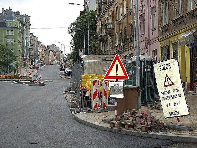 Rekonstrukce Sokolovské ulice v Karlových Varech spěje do finiše.