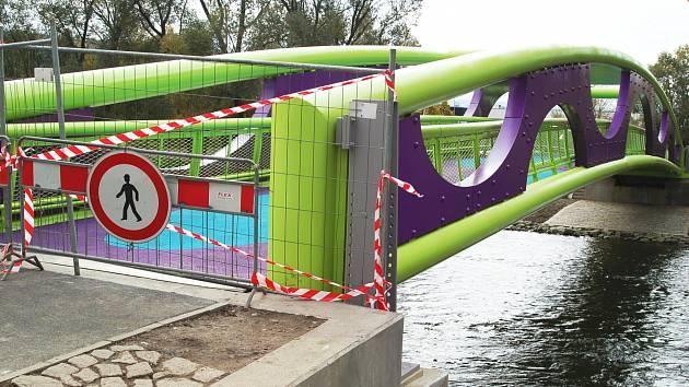 Nová lávka přes řeku Ohři.