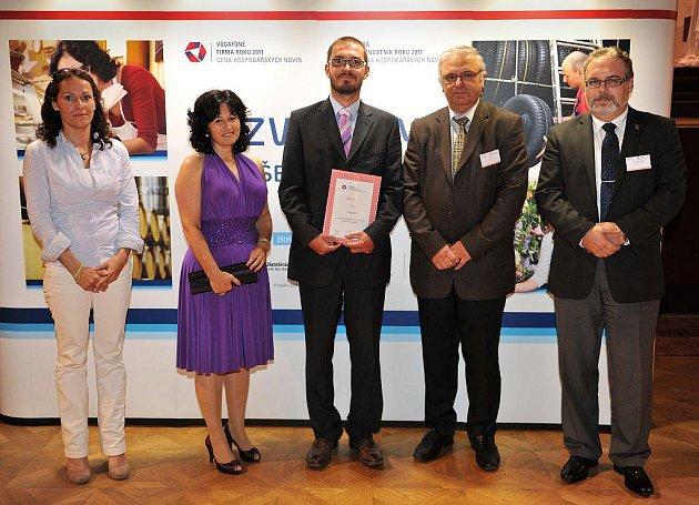 OCENĚNÍ V SOUTĚŽÍCH Vodafone Firma roku Karlovarského kraje 2011 a Era Živnostník roku Karlovarského kraje 2011 Jiřina Regietová (druhá zleva) a zástupce ZDM (uprostřed).