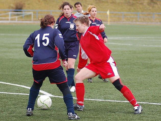 FOTBALISTKY BULDOKŮ opět prokázaly dobrou připravenost před startem jarní části II. ligy, když Rakovníku nasázely pět branek, Lenka Zahoříková (vpravo) k tomu přispěla dvěma góly.