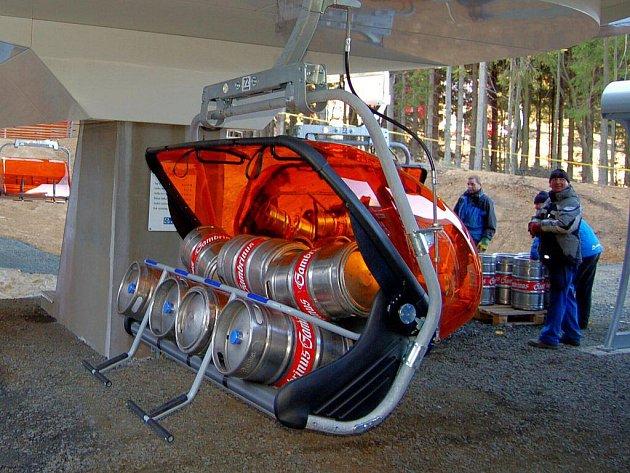 Jako první se novou lanovkou svezlo pivo