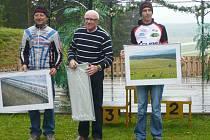 Medica maraton 2009. Z vítězství na jubilejním Medicamaratonu se radovali otec a syn Krummerové, starší Radoslav (vpravo) vyhrál na kratší a mladší Radek na delší trati. Mezi nimi je nejstarší účastník závodu, dvaasedmdesátiletý Jan Švejstil.