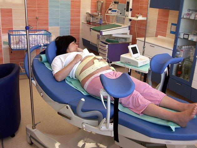Porod v komfortním prostředí. Nemocnice Ostrov poskytuje rodičkám po modernizaci porodních sálů maximální pohodlí , vysoce odbornou péči a klid.