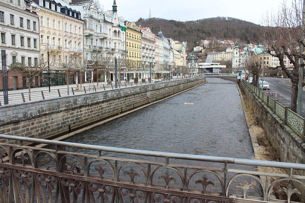 Prázdné ulice v lázeňském centru poblíž hotelu Pupp.