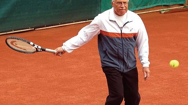 Tenisový turnaj osobností.