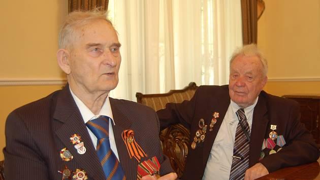 Před 67 lety se Michail Ivanovič Zacharov a Nikolaj Nifirovič Berezickij účastnili závěrečného vyčistění Karlových Varů od německých okupantů.