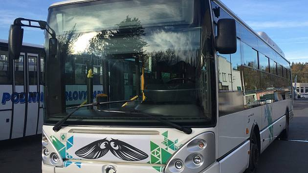 Autobusy v Karlových Varech budou v listopadu opět jezdit s knírkem, tentokrát bude mít roušku.