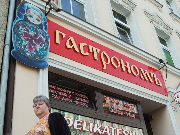 Množství cizojazyčných nápisů, zejména ruských, je specialitou Karlových Varů.