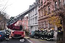 POŽÁR v druhém patře obytného domu hasily čtyři hasičské sbory.