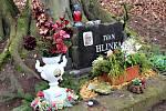 Ivan Hlinka by oslavil sedmdesáté narozeniny. Kamarádi na něj vzpomněli u pomníku na místě tragické nehody