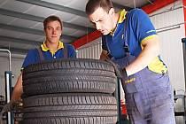 Na snímku mechanici Daniel Zítko a Daniel Zikmund (zleva) připravují pneumatiky pro řidiče, kteří nic nepodcenili a na zimu se připravují včas.