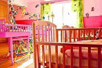 DOMOV DISPONUJE také oddělením pro nejmenší děti. K dispozici tady mají odpovídající vybavení s postýlkami a hračkami.