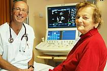 PRIMÁŘ KARDIOLOGIE Karlovarské krajské nemocnice MUDr. Michal Paďour a paní Alžběta Mlezivová ze Žlutic, které byl jako prvnímu pacientovi v karlovarské nemocnici implantován speciální přístroj kardioverter defibrilátor.