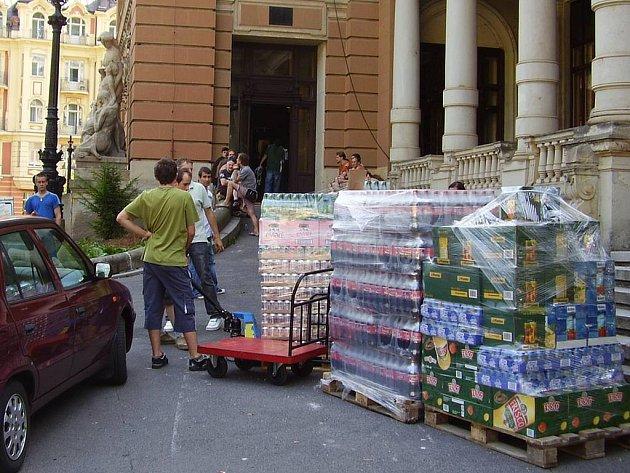 Ve středu do Císařských lázní pronájemci naváželi zásoby na festivalové akce.
