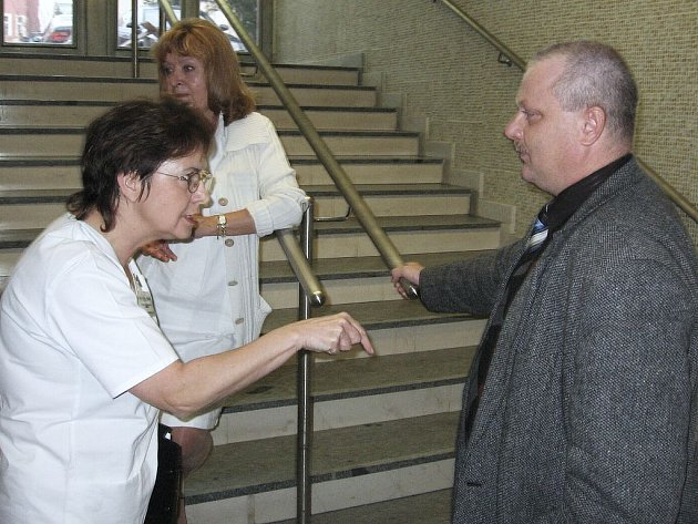 TAKHLE NE! Vrchní sestra Alena Lomogová diskutuje na snímku s novým členem představenstva, krajským radním Lubošem Orálkem.