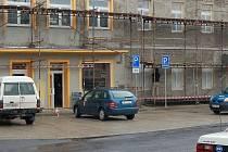 POUZE REKONSTRUUJÍ. Město Hroznětín sice před několika měsíci dokončilo rekonstrukci několika obecních budov, ale nová výstavba se zatím odkládá.