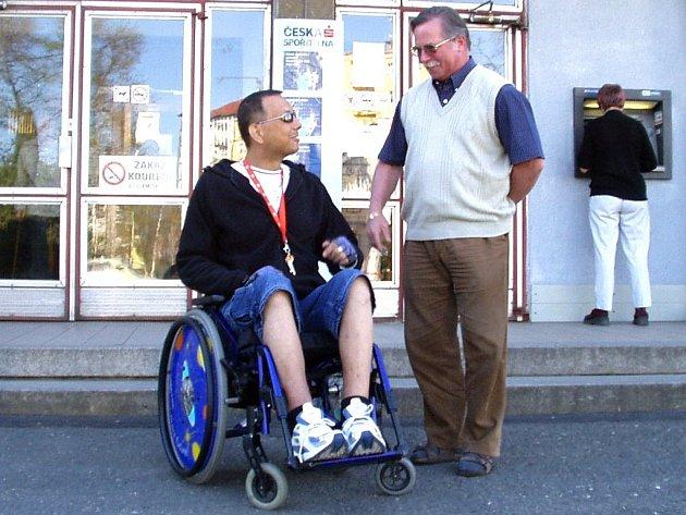 SE SCHODY SI NEPORADÍ. Novorolská radnice sídlí v prvním patře budovy, které je pro vozíčkáře naprosto nepřístupné. Pondělní jednání mezi Josefem Neumanem a starostou Václavem Heřmanem se tak muselo odehrát před hlavním vchodem do budovy.