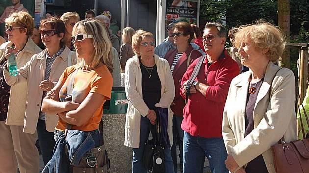 Ne všichni obyvatelé města jsou spokojeni s kroky současného vedení města a zúčastňují se demonstrací proti radnici.