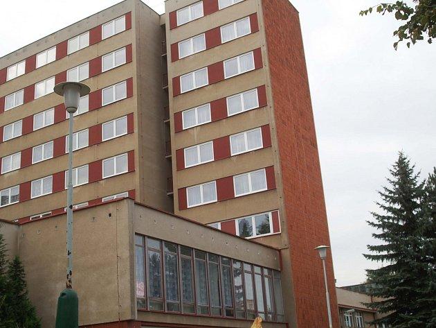 STOVKY studentů jsou ubytované na internátu v Drahovicích. A stovky problémů se zde nyní řeší.