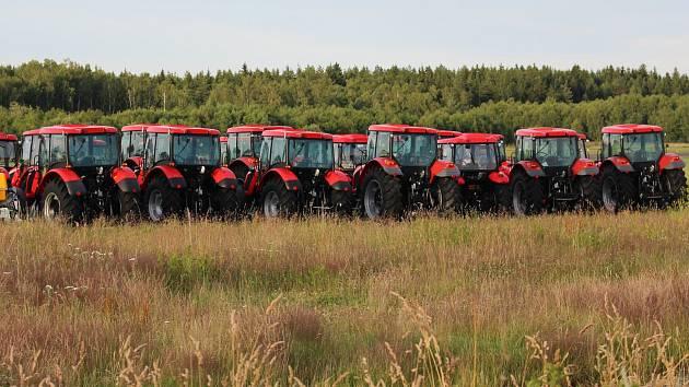 Traktory připravené k dražbě.