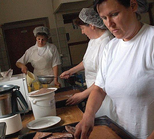 NEVÍ, NA ČEM JSOU. Kuchařky ze školní kuchyně v Dalovicích možná přijdou o práci. Nyní čekají na zastupitele, kteří mají rozhodnout, zda obec kuchyni zruší a jídlo se bude dovážet.