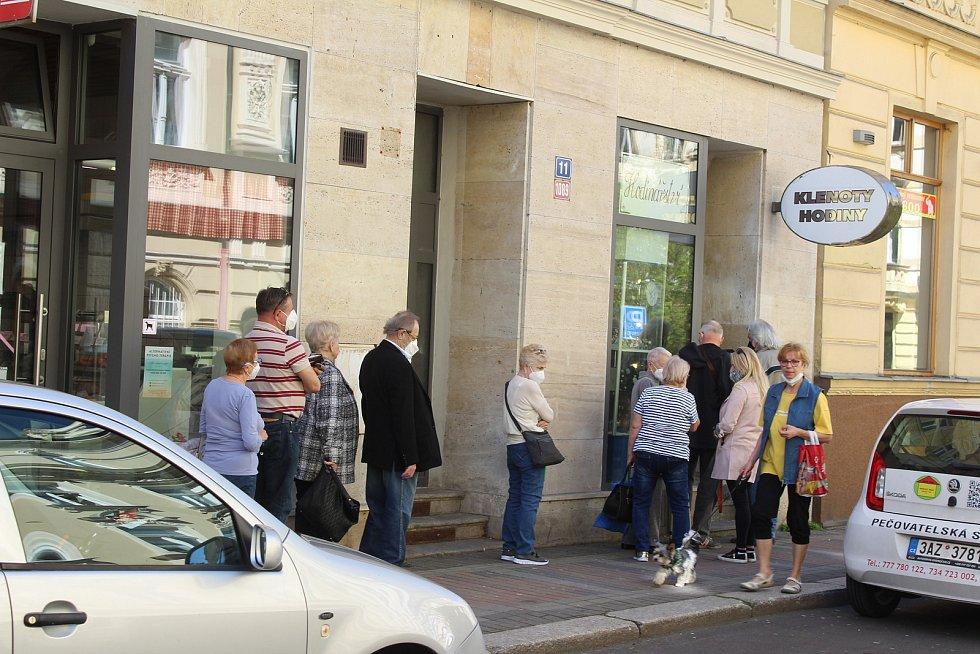 Fronta před hodinářstvím v Jaltské ulici.