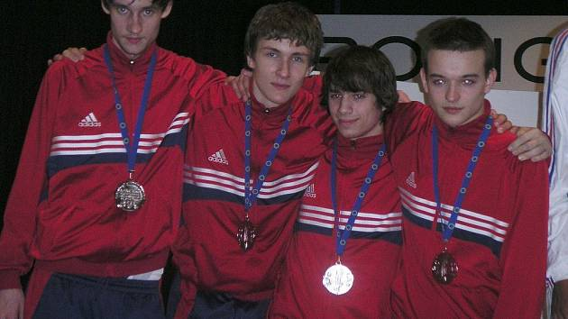 Z ME kadetů v italském Rovigu přivezl do Karlových Varů stříbrnou medaili Adam Klsák (druhý zprava).