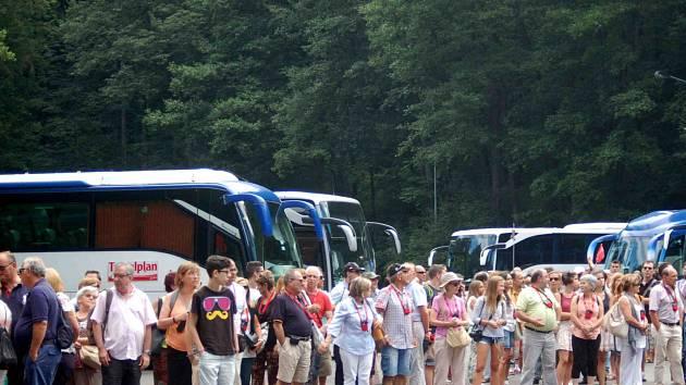 Na parkoviště Kome od rána míří desítky autobusů.