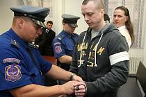 V popředí jeden z obžalovaných Alan Treml, za ním Petr Zádamský.