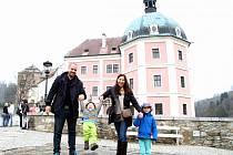 Prohlédnout si hrad a zámek v Bečově nad Teplou vyrazili o víkendu i Sebastian a Christián. Oba tak vstoupili do začínající sezony prohlídek a návštěv českých památek.