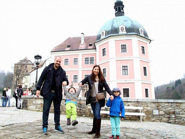 Prohlédnout si hrad a zámek vBečově nad Teplou vyrazili ovíkendu iSebastian a Christián. Oba tak vstoupili do začínající sezony prohlídek a návštěv českých památek.
