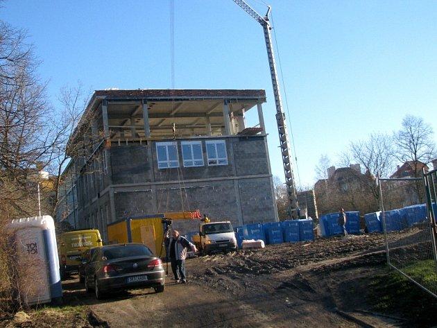 Stavba výuku zatím výrazně nenarušuje. Studenty čeká nová aula, knihovna i šatny