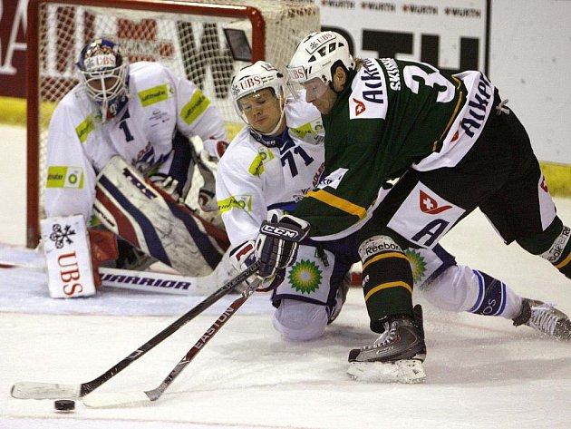 Ve třetím vystoupení na letošním Spengler Cupu podlehli hokejisté Energie Karlovy Vary (v zeleném) německému Mannheimu 1:2 po samostatných nájezdech.
