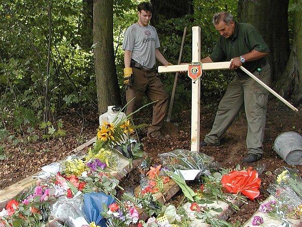 Po tragické události postavili hokejoví fanoušci na místě nehody dřevěný kříž a nosili kněmu květiny.