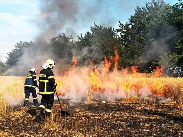 Jeden z rozsáhlých požárů na poli s obilím.