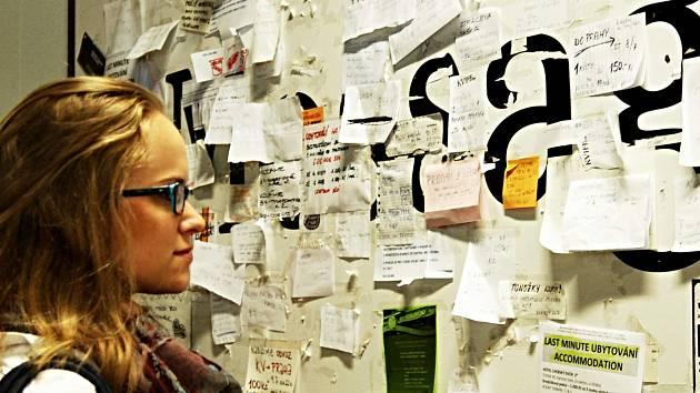 POPULÁRNÍ STĚNA se vzkazy ve vestibulu  hotelu Thermal patří na mezinárodním filmovém festivalu v Karlových Varech k hojně navštěvovaným místům. Nabízí se tady ubytování, vstupenky, hledají se přátelé a kamarádi nebo se upozorňuje na ztracené věci.