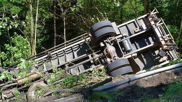 Nehoda nákladního automobilu u Bečova