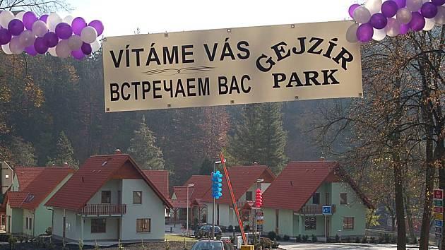 První nájemníci vesnice, která stojí v areálu Gejzírparku, se zřejmě nastěhují před Vánoci. Dveře tu mají otevřené nejen Češi, ale i Rusové.