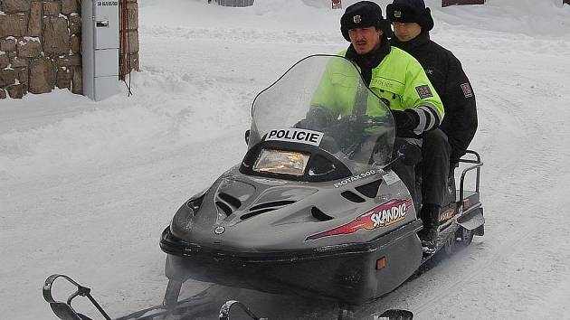 Policisté na sněhu. Sněžné skútry jsou v horských oblastech často jediným prostředkem, který projede.