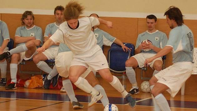 ÚTOČNÍK DANIEL ŠČISLÁK (v bílém) vstřelil v posledním utkání divizní souteže týmu Fet Clubu čtyři branky, i přesto nakonec odcházel z palubovky se sklopenou hlavou.