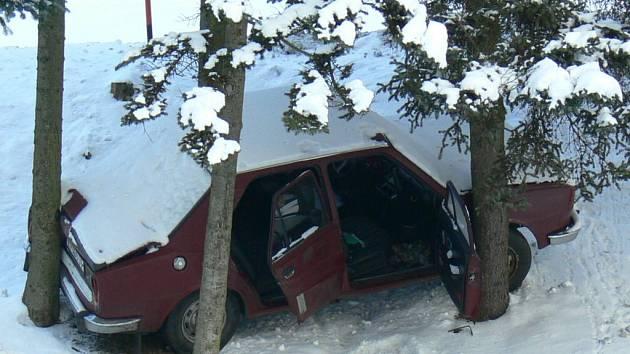 Mezi stromy zůstal po silvestru zaklíněný postarší vůz značky Škoda, který se při tažení utrhl z lana. Jeho odstranění bude muset zařídit město.