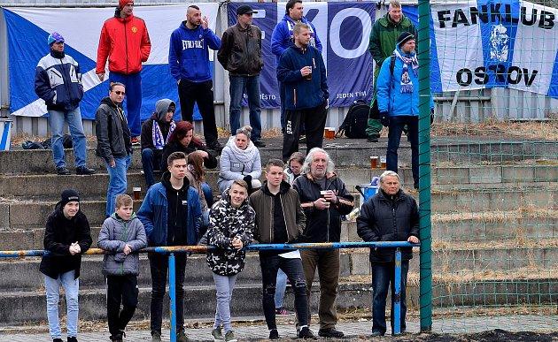 Vstup do jarní části krajského přeboru měli fotbalisté ostrovského FK (vpruhovaném) vítězný. Na svém hřišti deklasovali vpoměru 8:0 chodovský Spartak (včervenočerném).