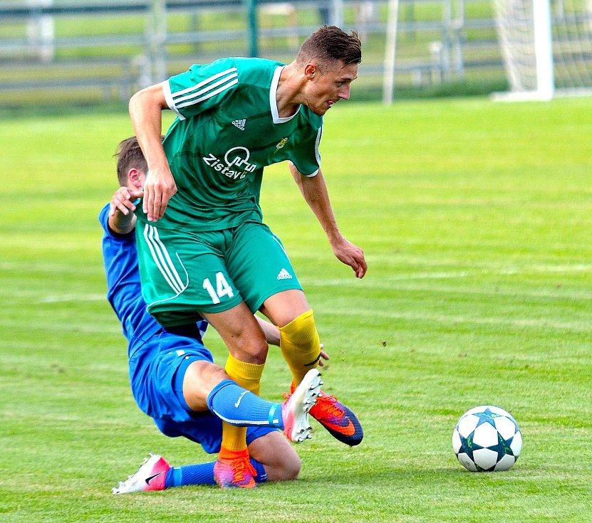 V exdivizním derby se z výhry 5:0 radovala karlovarská Slavia (v zeleném), když navíc Ostrovu (modrobílá) nedovolila skórovat.